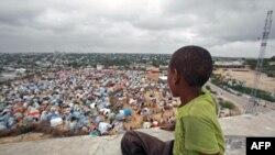 Somali uzoq yillardan beri ichki urushlar girdobida, qashshoqlik keng tarqalgan, ocharchilik va zo'ravonliklar har yili minglab insonni hayotdan olib ketadi