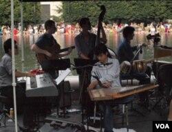 Pianis Takeshi Ohbayashi, gitaris Joe Manzoli, bassis Noam Wiesenberg, pemain perkusi Marcos Lopez, dan pemain qanun Ali Amr.