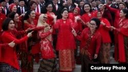 Seluruh anggota DPR dari fraksi PDI-Perjuangan berpose bersama seusai pelantikan Selasa (1/10), menunjuk ke arah Puan Maharani sebagai Ketua DPR, sebagai ilustrasi. (Courtesy: PDI-P)