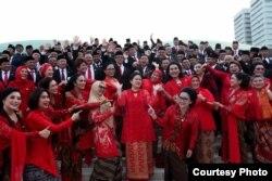 Seluruh anggota DPR dari fraksi PDI-Perjuangan berpose bersama seusai pelantikan Selasa (1/10), menunjuk ke arah Puan Maharani sebagai Ketua DPR. (Courtesy: PDI-P)