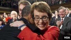 Presiden AS Barack Obama memeluk anggota Kongres Gabrielle Giffords sebelum menyampaikan pidato kenegaraan di depan Kongres AS , Selasa malam (24/1).