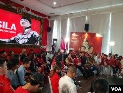 Ratusan orang mendengarkan pidato Megawati Soekarnoputri di Kantor DPP PDI Perjuangan, Jakarta, Senin (7/1/2018). (Foto: VOA/Ahmad Bhagaskoro)