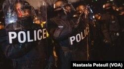 Waandamanaji wanawake wakipinga sera za Rais Trump katika sherehe za kuapishwa kwake wanazuiliwa na polisi, Washington DC