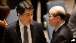 지난 3월 유엔 안보리의 새 대북제재 결의안 논의에 앞서 오준 유엔주재 한국대사(왼쪽)와 류제이 유엔주재 중국대사가 대화하고 있다. (자료사진)