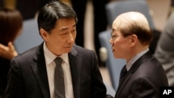 2일 미국 뉴욕 유엔 본부에서 새 대북제재 결의안에 대한 안보리 표결에 앞서 류제이 유엔주재 중국대사(오른쪽)가 오준 유엔주재 한국대사와 대화를 나누고 있다.
