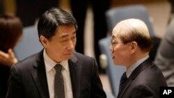 지난 3월 유엔 안보리의 새 대북제재 결의안 논의에 앞서 류제이 유엔주재 중국대사(오른쪽)가 오준 유엔주재 한국대사와 대화하고 있다.