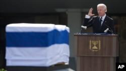 El vicepresidente de Estados Unidos, Joe Biden, dirige un discurso junto al ataúd de Sharon.