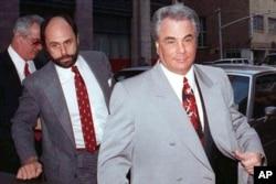 جان گاتی، رئیس خاندان تبهکاری «گامبینو»، معروف به دان شیکپوش