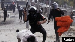 Polisi anti huru-hara Mesir memukuli seorang demonstran anti pemerintah di Kairo (28/1). HRW menilai pergolakan di Jazirah Arab telah membuka jalan bagi pemerintahan baru yang tidak menghormati HAM.