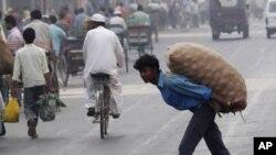 دہلی ایک سڑک پر ایک مزدور پیاز کی بوری لے جا رہا ہے۔ بھارت میں اس وقت پیاز کی قلت ہوگئی ہے۔