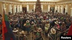 Índigenas bolivianos en el palacio presidencial en La Paz. La navidad no ha sido impedimento para continuar las investigaciones sobre corrupción en el gobierno.