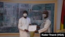 Le président de l'Assemblée nationale du Burkina Faso, Bala Sakandé a remis le 8 juillet, le rapport du Parlement au président Roch Kaboré, Ouagadougou, le 20 juillet 2020. (VOA/Kader Traoré)