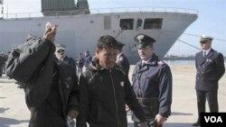 Para pengungsi dari Libya tiba di pelabuhan Taranto, Italia bagian selatan, Senin (28/3).