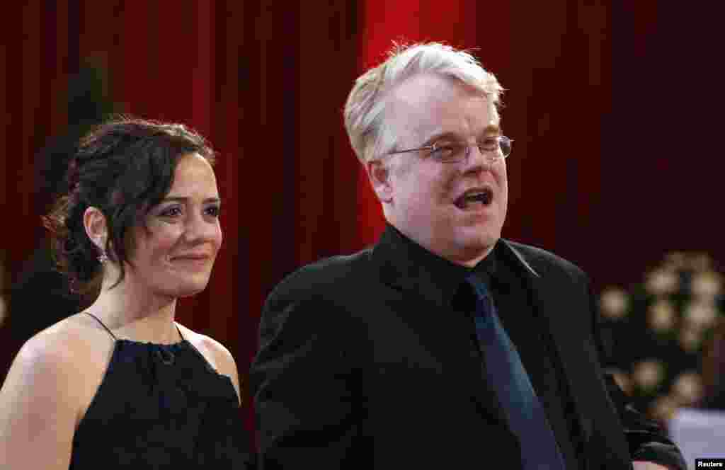"Philip Seymour Hoffman, best supporting actor nominee for ""Charlie Wilson's War"", arrives with his girlfriend Mimi O'Donnell at the 80th annual Academy Awards, the Oscars, Feb. 24, 2008."