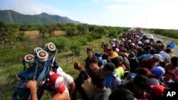 Đoàn di dân Trung Mỹ trên đường từ Niltepec đến Juchitan, Mexico