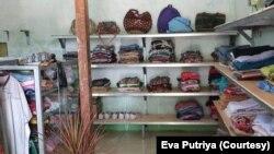 Tumpukan pakaian bekas layak pakai yang bisa dibeli masyarakat miskin dengan harga seikhlasnya. (Foto: Eva Putriya)