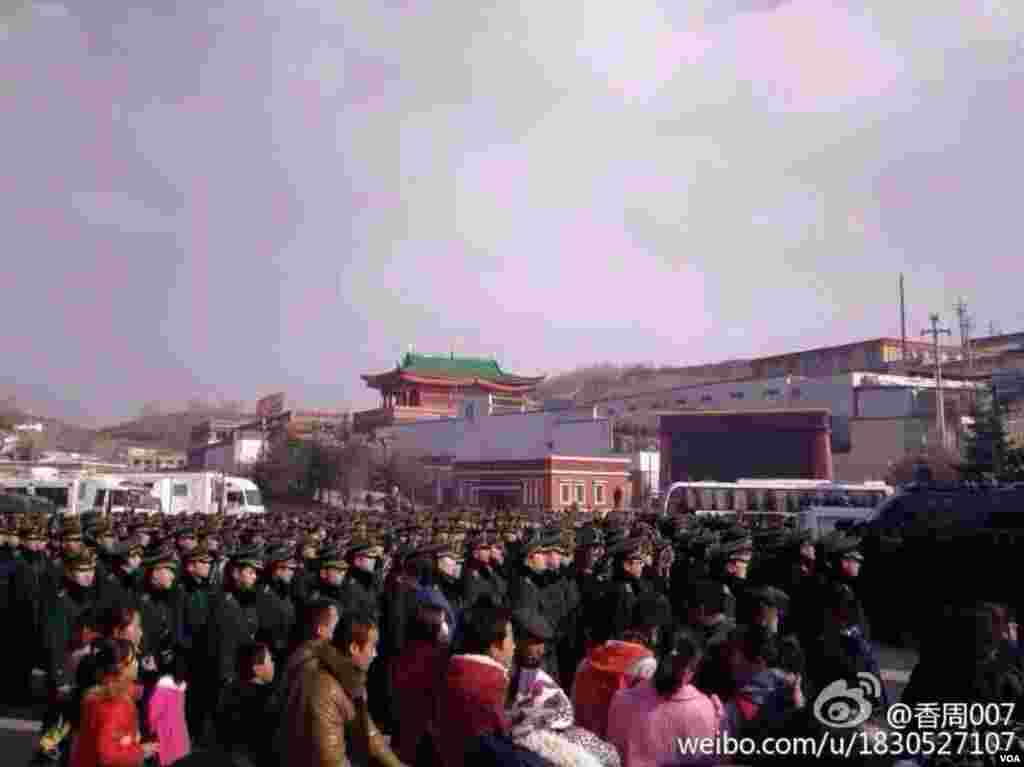 3月5日塔尔寺酥油花佛事活动当天现场照片,荷枪实弹的军警驻守寺院