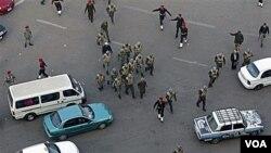 La policía y soldados garantizaron el tráfico y el tránsito de personas en una despejada plaza Tahir.
