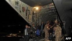 Phi cơ vận tải quân sự của Anh di tản 150 công nhân ngành dầu khí và thường dân từ nhiều địa điểm trong sa mạc Libya hôm Chủ nhật, 27/2/2011