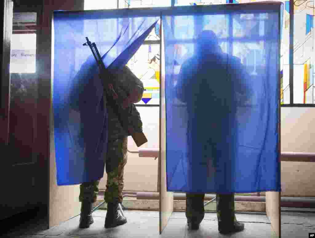 Rusiya tərəfdarı separatistlər seçki məntəqəsində səs verir - Donetsk, 2 noyabr, 2014