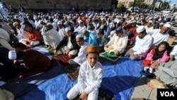 Warga muslim di New York saat melakukan shalat Idul Fitri di Masjid Baitul Ma'Mur di Brooklyn, New York, 20 September 2009. Di kota New York diperkirakan terdapat kurang lebih 600.000 warga muslim.