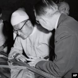 缅甸首位民选总理吴努参观美国国家档案馆独立宣言展览(1955年)。
