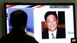 Un surcoreano mira un noticiero en la televisión en donde se muestra la foto del estadounidense Kenneth Bae, sentenciado a 15 años de trabajo forzado en Corea del Norte.