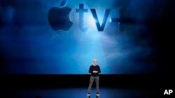El CEO de Apple, Tim Cook, anunciando los nuevos productos de la empresa en la sede del gigante tecnológico en Cupertino, California, 25/3/19. (AP Foto/Tony Avelar).