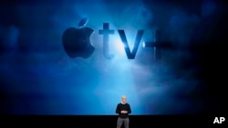 CEO Apple Tim Cook memberikan keterangan di Steve Jobs Theatre di Cupertino, California, dalam peluncuran produk terbaru Apple TV+, 25 Maret 2019. (AP Photo / Tony Avelar)