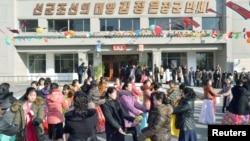 지난 9일 북한에서 13기 최고인민회의 대의원 선거가 치뤄진 가운데, 평양 시민들이 선거일을 기념하며 춤을 추고 있다.