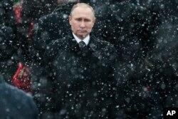 """Báo cáo nói nhà lãnh đạo Nga Vladimir Putin """"đã giành được và củng cố quyền lực bằng cách lợi dụng sự hăm dọa, nỗi sợ khủng bố, và chiến tranh"""""""