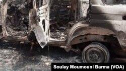 Un véhicule qui transportait les victimes a été criblé de balles et complètement carbonisé le 9 août 2020 dans la région de Tilabery, au Niger. (Photo Souley Moumouni Barma / VOA)