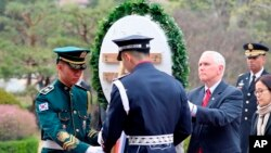 Pence, acompañado por su esposa y dos de sus hijas, depositó una corona en el Cementerio Nacional de Seúl en el inicio de su viaje.