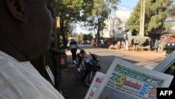 Báo chí ở Mali tường thuật về các cuộc không kích do Pháp thực hiện, ngày 14/1/2013.