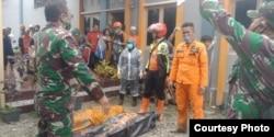 Petugas SAR dari Basarnas Makassar bersama personil TNI, mengevakuasi 2 jenazah korban banjir bandang di Masamba, Luwu Utara, Sulawesi Selatan, 14 Juli 2020. (Foto: Basarnas Makassar)