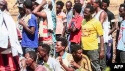 سوڈان میں ایتھوپیا کے پناہ گزین اقوام متحدہ کی امداد کے لیے قطار میں کھڑے ہیں۔ فائل فوٹو