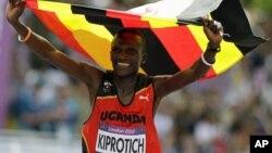 乌干达选手史蒂芬-基普罗蒂奇8月12日在男子马拉松比赛中夺冠后兴高采烈地庆祝自己的胜利