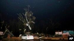 Metal de edificios cercanos se aprecia en un árbol sobre una estructura comercial vacía y destruida a lo largo de la carretera 50 en Columbus, Mississippi, luego de que un tornado azotó el área el sábado 23 de febrero de 2019. (AP Photo / Jim Lytle)