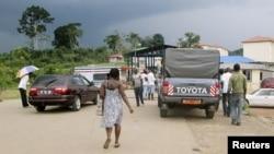 Des habitants attendent pour traverser la frontière en Guinée équatoriale en voiture et à pied à Kyé Ossi, Cameroun, le 23 mai 2015.