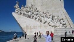 Aílton Côrrea em frente ao Padrão dos Descobrimentos em Lisboa, Portugal.