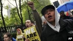 美国抗议者2012年5月1日在纽约美国银行总部前示威