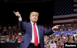 រូបឯកសារ៖ លោកប្រធានាធិបតី Donald Trump នៅក្នងយុទ្ធនាការជួបអ្នកគាំទ្ររបស់លោកនៅទីក្រុង Phoenix រដ្ឋ Arizona កាលពីថ្ងៃទី១៩ ខែកុម្ភៈ ឆ្នាំ២០២០។