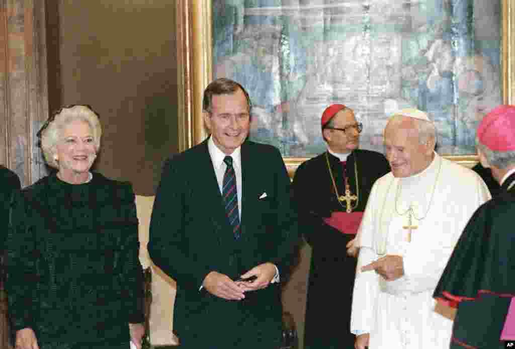 در اولین ماههای به قدرت رسیدن، جرج اچ دبلیو بوش در می ۱۹۸۹ به همراه همسرش مهمان ژان پل دوم، پاپ اعظم آن زمان بود.