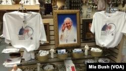 Suveniri sa likom pape Franje u prodavnici u Bazilici bezgrešnog začeća u Vašingtonu
