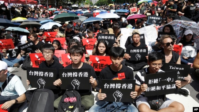 """台湾上万群众2019年6月23日手举""""台湾撑香港""""的标语牌参加集会支持香港民众反送中。"""
