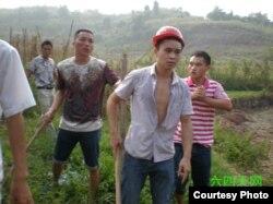 四川华蓥农民手持棍棒和拆迁人员对峙