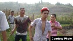 四川華鎣農民手持棍棒和拆遷人員對峙
