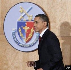 奥巴马来到国防大学,准备演讲