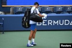 Novak Đoković napušta teren nakon diskvalifikacije zbog nenamernog incidenta sa Otvorenog prvenstva Amerike, 6. septembra 2020.
