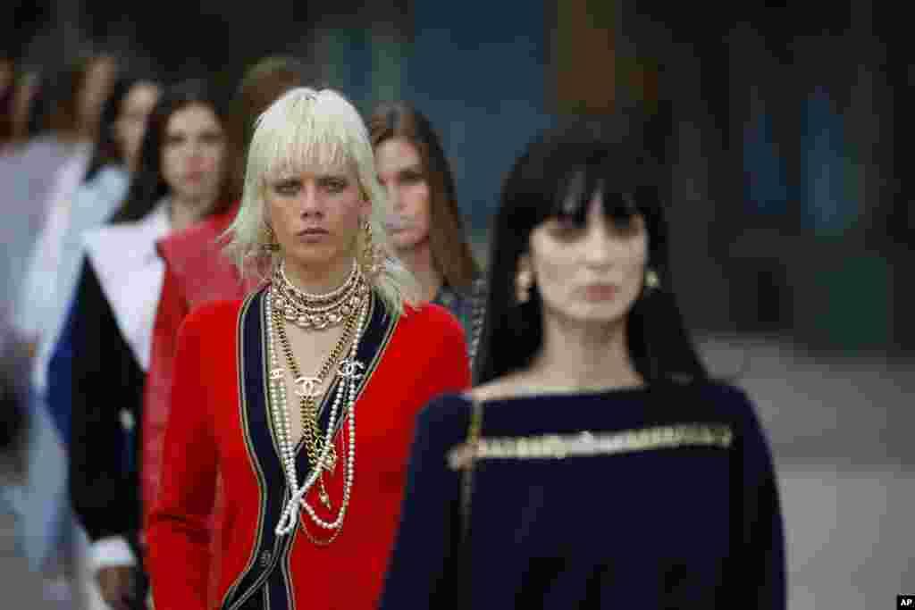 رژه مدلهای شانل در نمایش کروز امسال در سالن «گراند پالاس» یا کاخ بزرگ در شانزهلیزه پاریس.